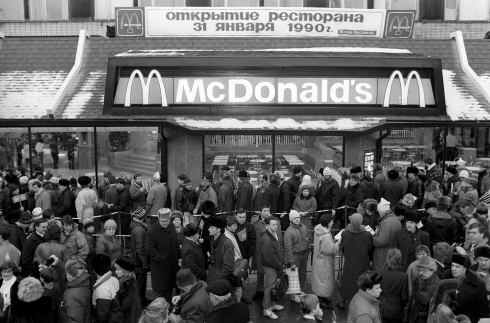 Очередь на открытии Макдоналдса в Москве.