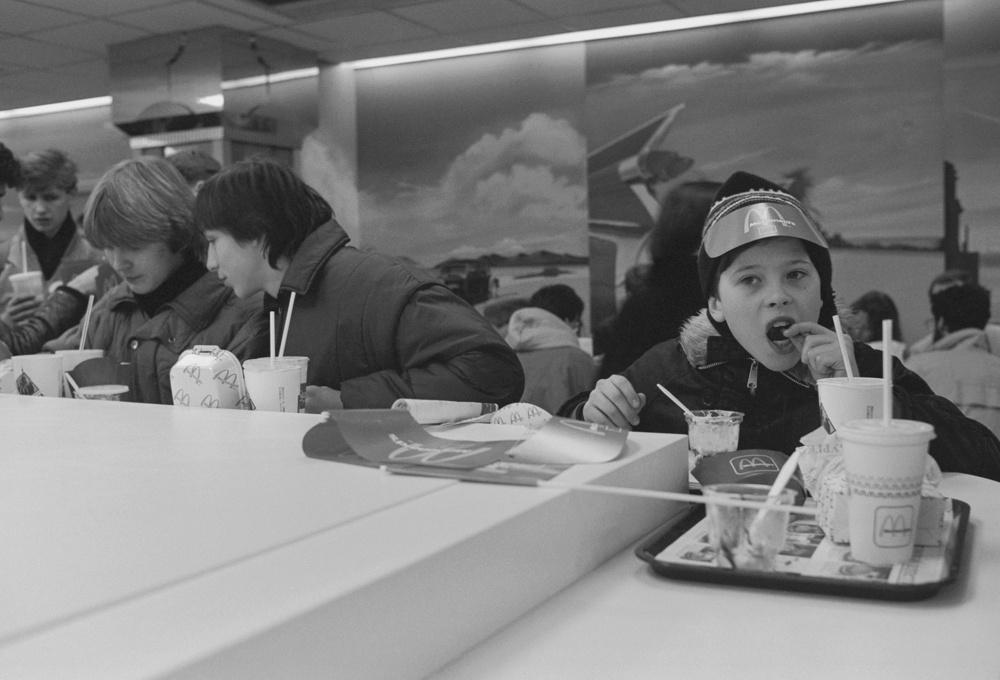 Дети и студенты в кафе.