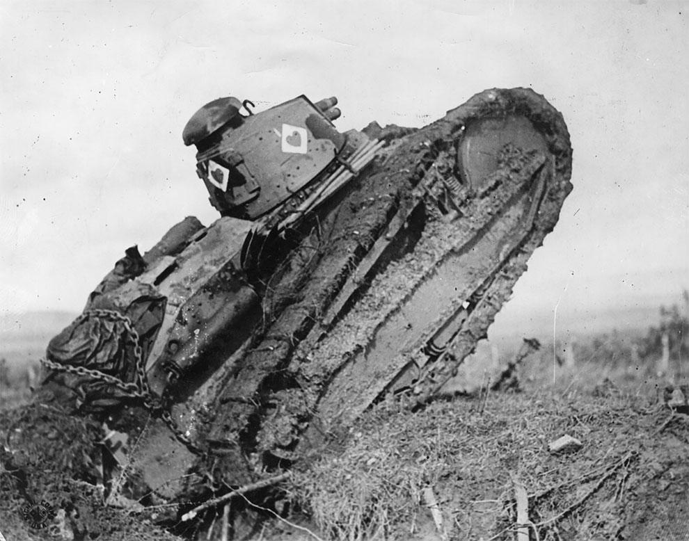 Легкий танк движется по неровной местности, 1917г.