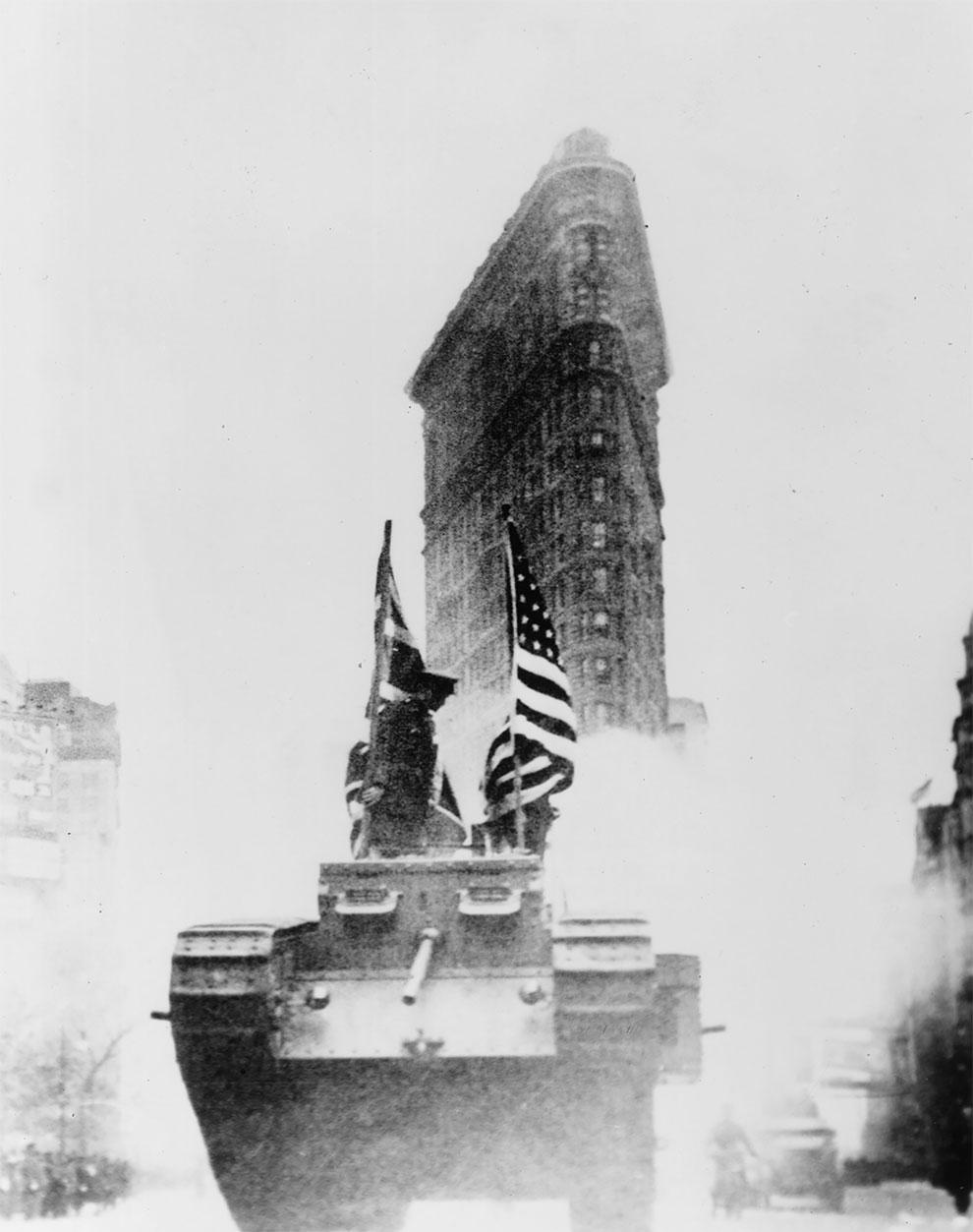 Один из первых американских танков проезжающих мимо здания «Флэшерон» в Нью - Йорке, 1917.