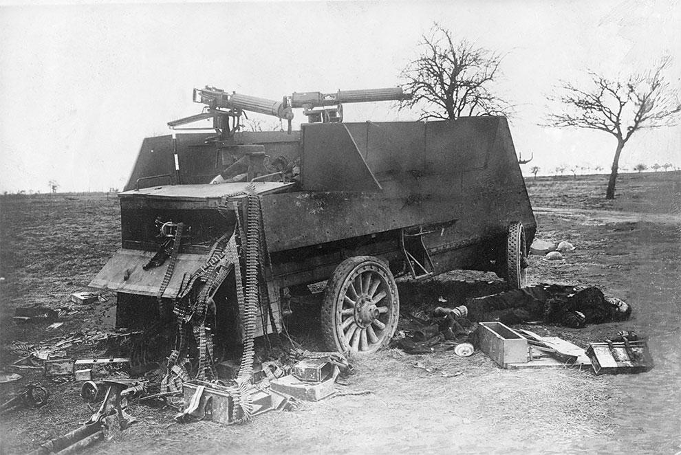 Британский бронеавтомобиль разбит после вражеского обстрела, экипаж либо мертв, либо захвачен. Орудия Vickers (Максим) были отключены и их патронташи оторваны, 1918.