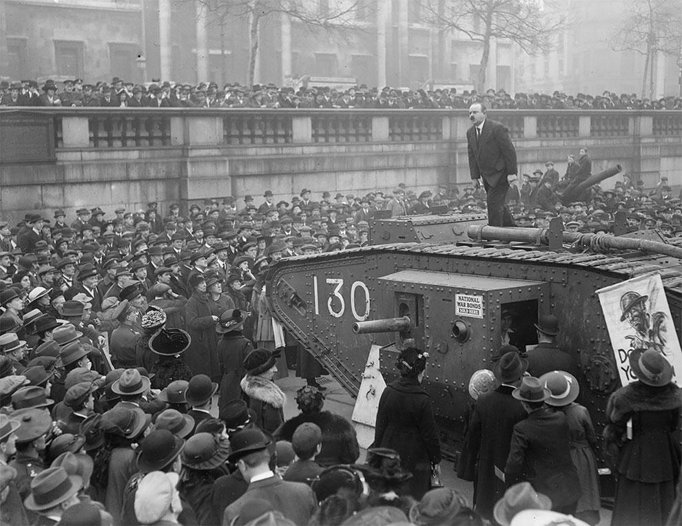Человек, стоит на вершине танка на Трафальгарской площади, выступая за военные облигации, 1917.