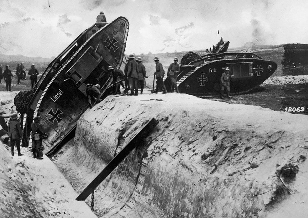 Немцы тестируют захваченные британские танки, реконструированные в немецкие цвета, 1917.