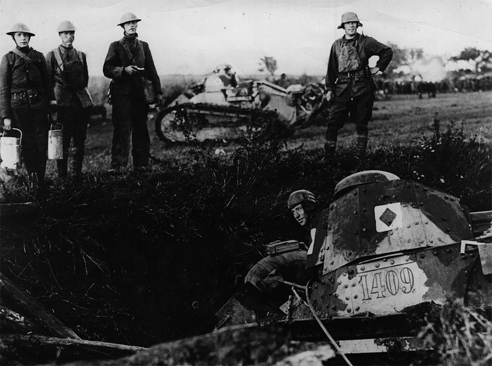 Легкий танк упал в траншею, 1917 год.