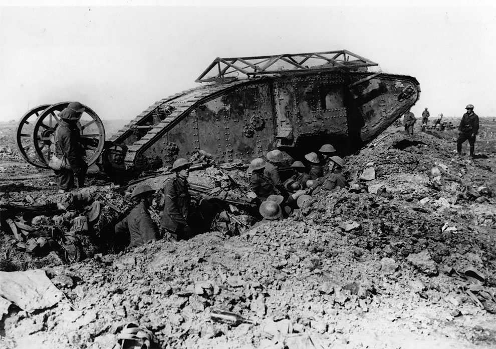 Британский танк пересекает траншеи во Фландрии, 1917 г.