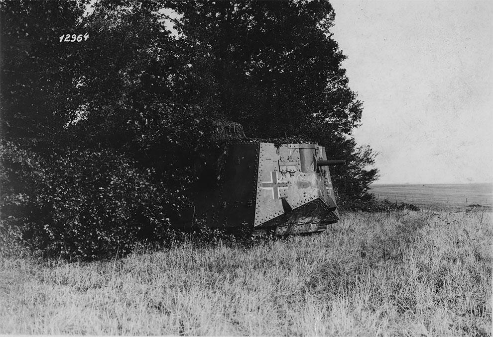 Немецкий танк выезжает из леса, в ходе подготовки к нападению, 1917 г.