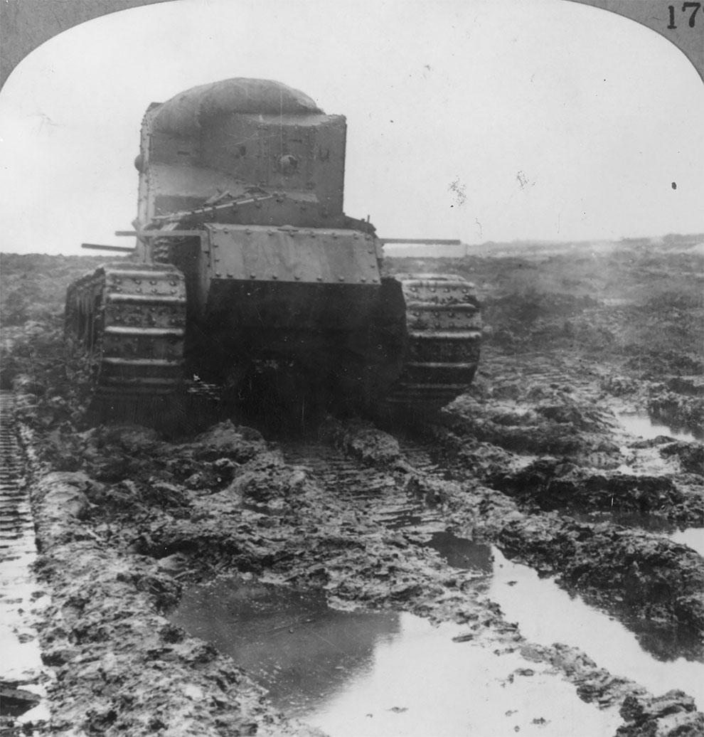 Британский британский лёгкий танк с пулемётным вооружением Mark A (Борзая). Движется по грязи чтобы проникнуть к немецкой линии. Таких танков было выпущено всего двести штук, 1918.