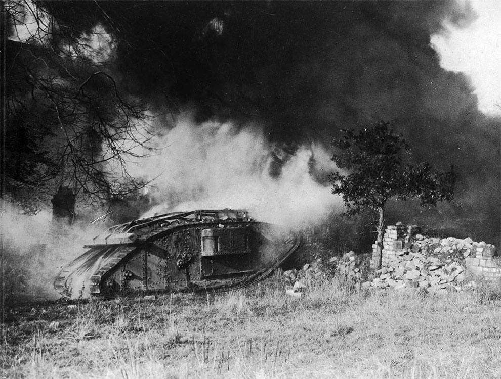 Горящий британский танк, после нападения противника с огнеметом воспламенился, 1918 г.