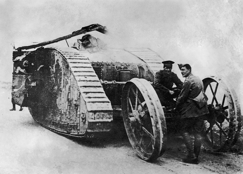 Британский тяжелый танк Mark I. Первый в истории танк, применённый в боевых действиях, ноябрь 1916.