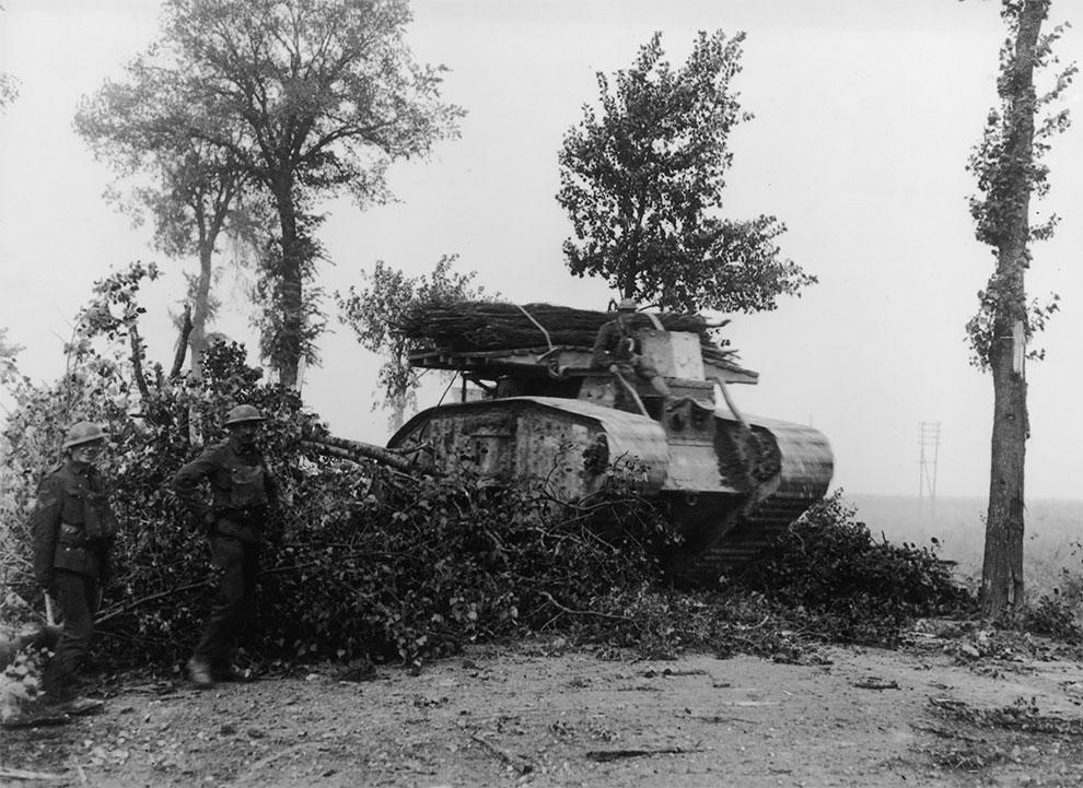 Один из первых британских танков, оснащенный деревянным сваями, Бельгия, около 1917 года.