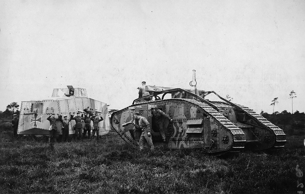 Экипаж немецкого танка сдаются экипажу британского танка, в сцене из фильма, снятого в графстве Дорсет, Англия, 1927.