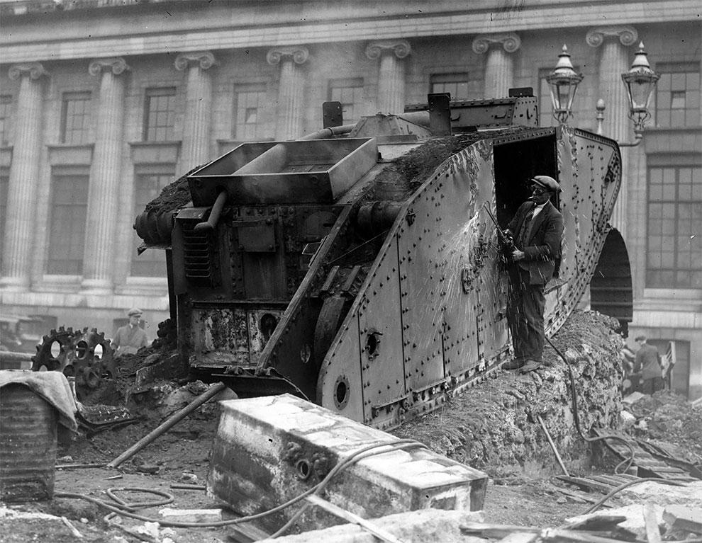 Рабочий производит демонтаж танка паяльной лампой, во время послевоенного разоружения в Германии 1920 год.