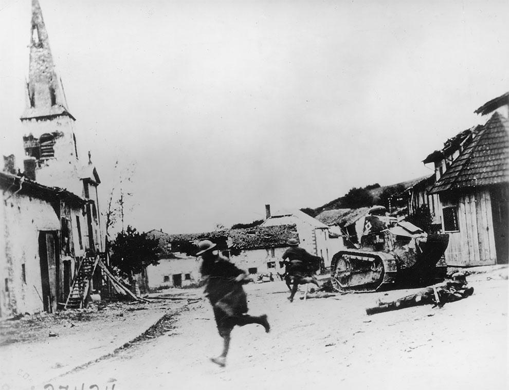 Солдаты 18-й стрелковой дивизии, спасаются от огня во французской деревне Эксермон 1918 г.