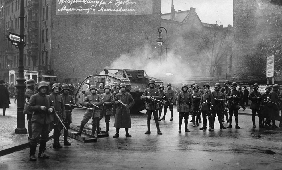 Немецкие солдаты у танка на улице в Берлине во время беспокойного периода Веймарской республики, 1920.