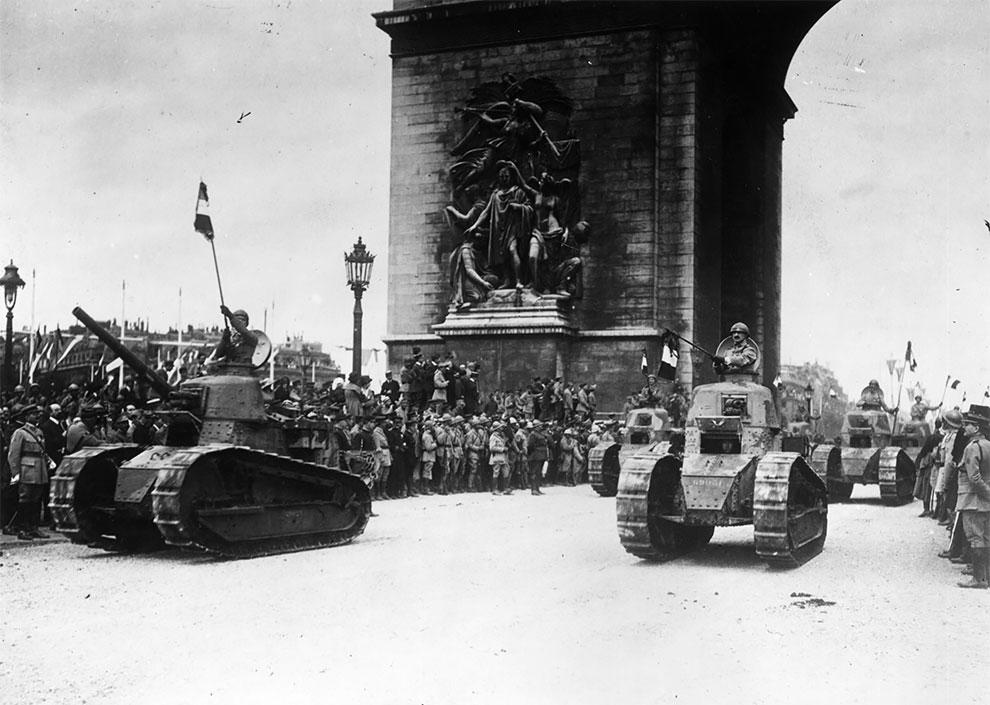 Французские солдаты с флагами на танках перед Триумфальной аркой на Елисейских полях во время Дня взятия Бастилии. Парад Победы и конец Первой мировой войны, Париж, Франция, 1919г.