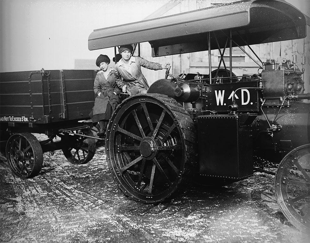 Женщины проводят испытания парового двигателя в Линкольншире, 1918.