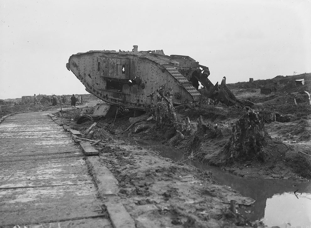 Поврежденный танк на поле боя в Ипре, 1919 год.