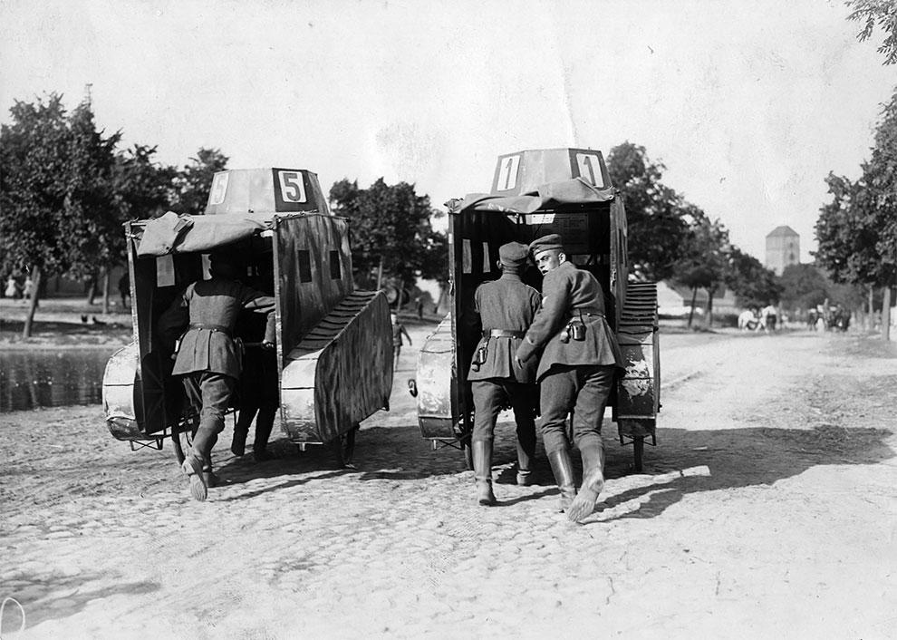 Два манекена танков толкают по дороге немецкие солдаты, 1925 год.