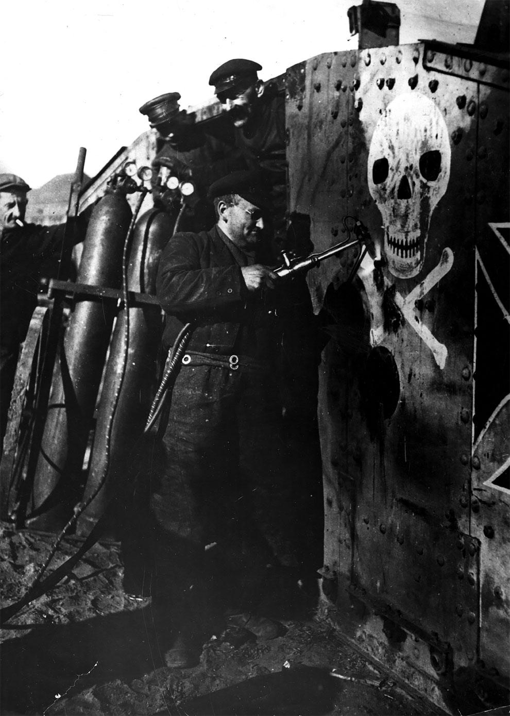 Рабочий разбирает танк после окончания Первой мировой войны, 1920 г.