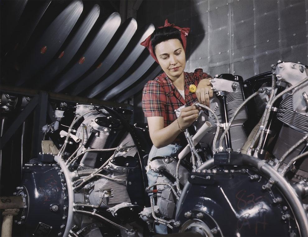 Женщина работает над самолетным двигателем в компании North American Aviation Inc, завод в Калифорнии, 1942 г.
