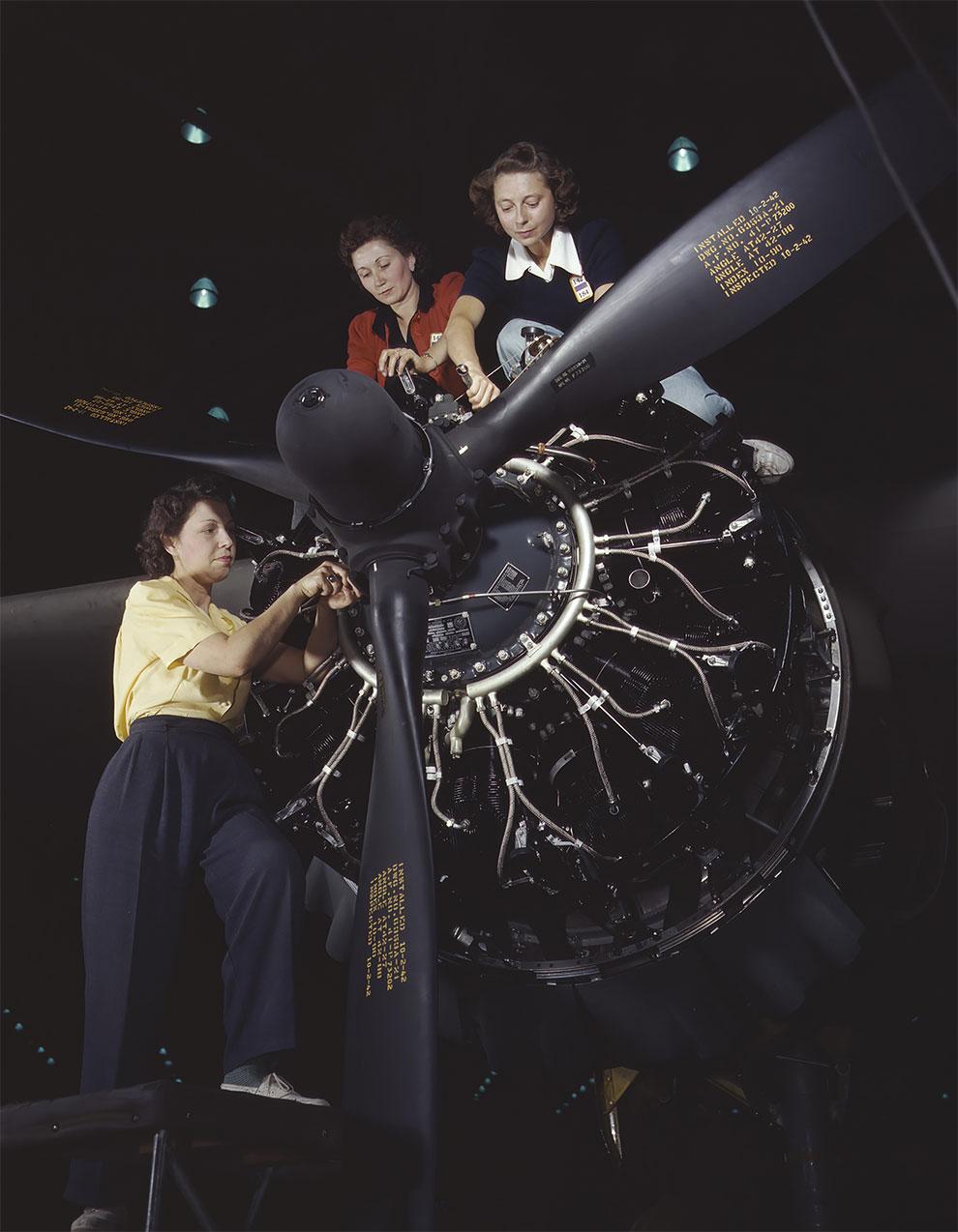 Женщина обучается ремонту авиационных двигателей в Douglas Aircraft Company, Лонг-Бич, Калифорния, 1942 г.