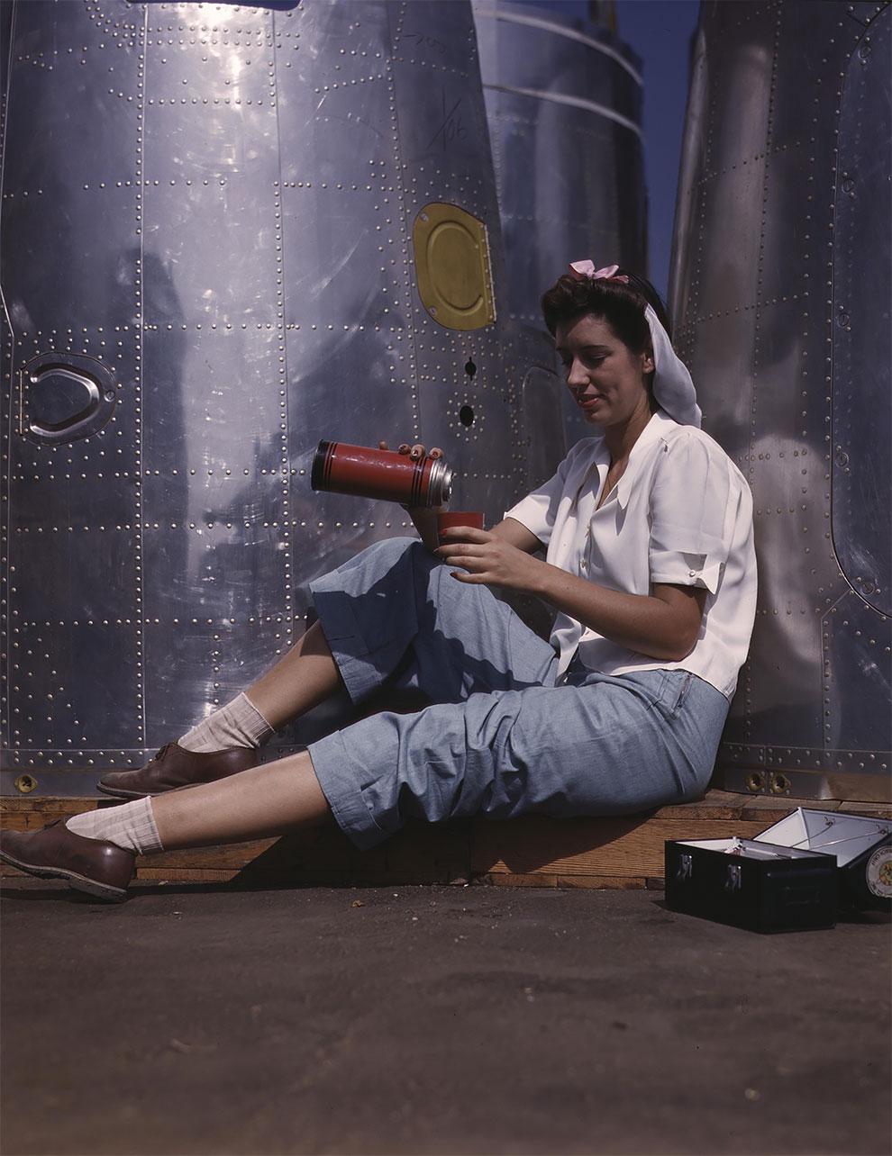 Девушка на обеде, Лонг-Бич, Калифорния, 1942 г.