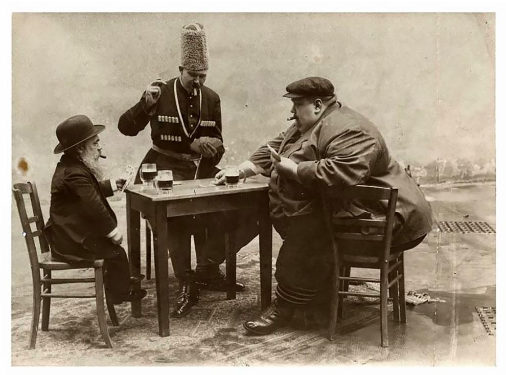 Самый маленький, самый высокий и самый толстый в Европе играют в карты, 1913 г.