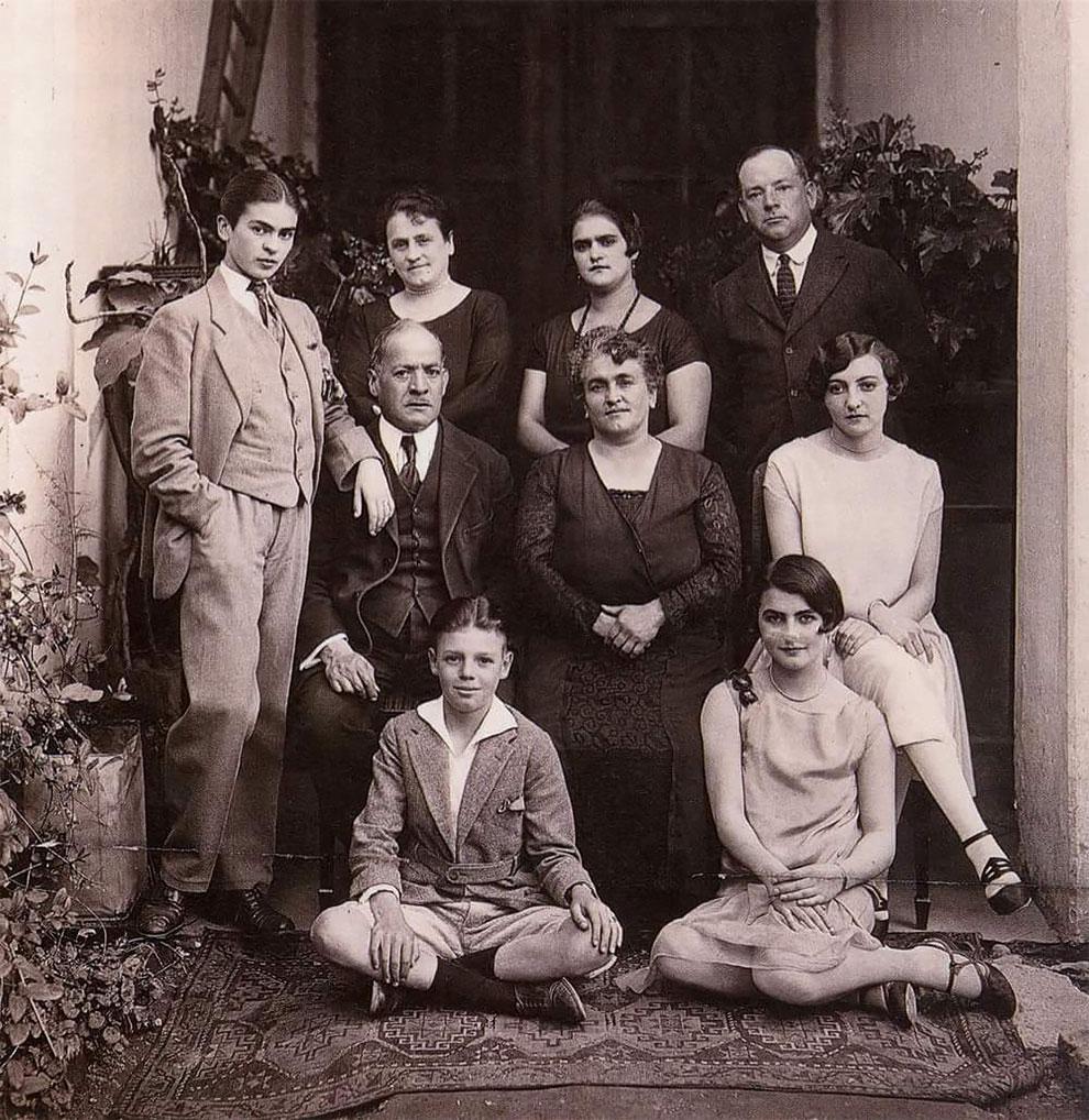 17-летняя Фрида Кало позирует для фото семьей, 1924.
