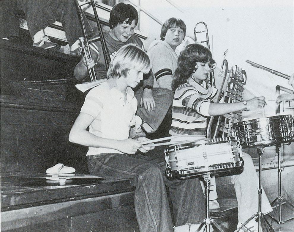 Курт Кобейн играет на барабанах на собрании в средней школе Монтесано, 1981 год.