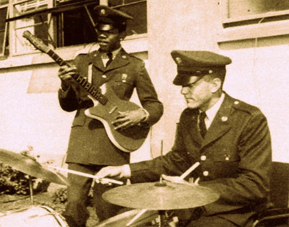 Джеймс Хендрикс из 101 воздушно-десантной дивизии, играет на гитаре в Форт Кэмпбелл Кентукки в 1962 году.