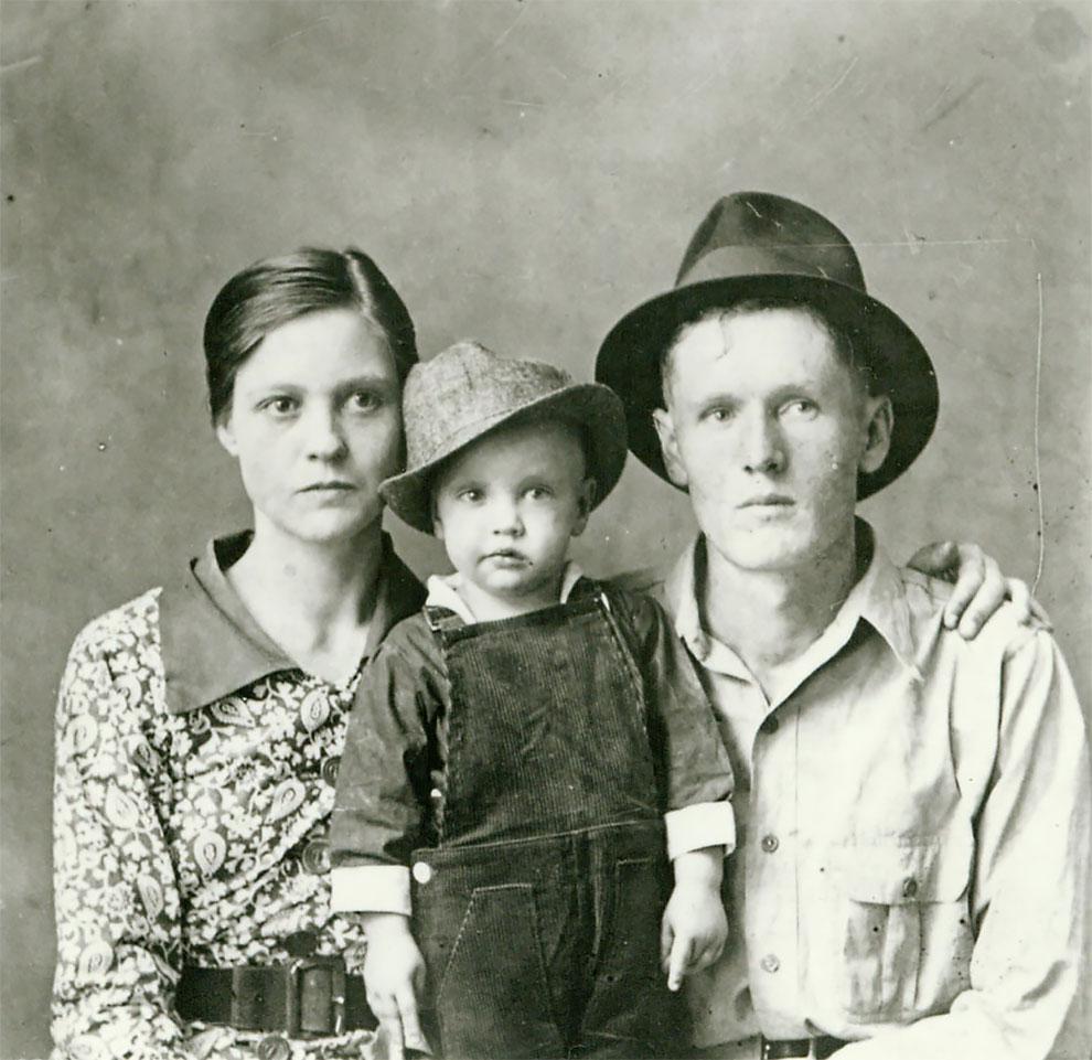 Самая ранняя известная фотография Элвиса Пресли, с родителями Глэдис и Верноном в 1938 году.