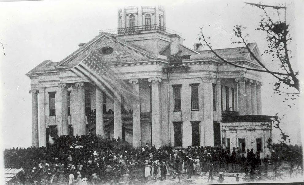 Толпа людей, состоящая преимущественно из афроамериканцев, оплакивающая смерть Авраама Линкольна возле здания суда в Виксберг, Миссисипи 1865 год.