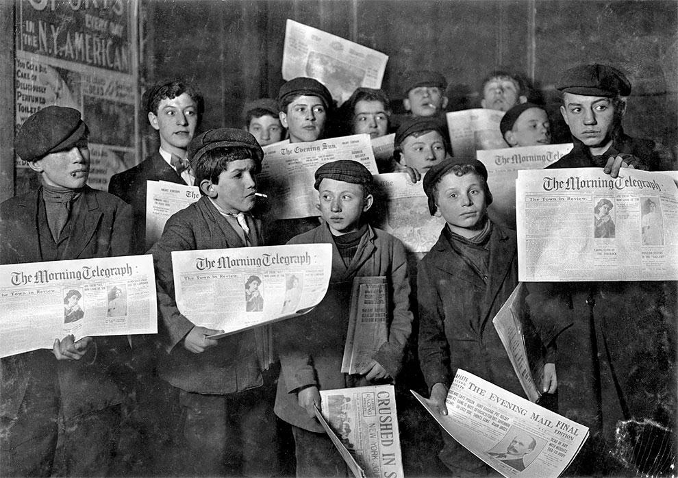 Мальчишки продающие газеты в 2 часа ночи, собираются в очередь для торговли утром, 12 февраля 1908 г.