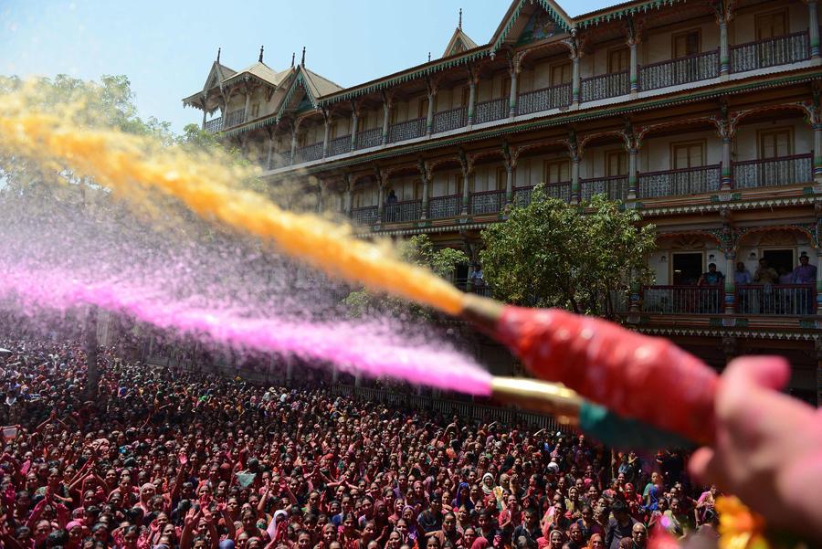 Индийцы отмечают праздник Холи в храме Swaminarayan в Ахмадабаде, 13 марта 2017 года.