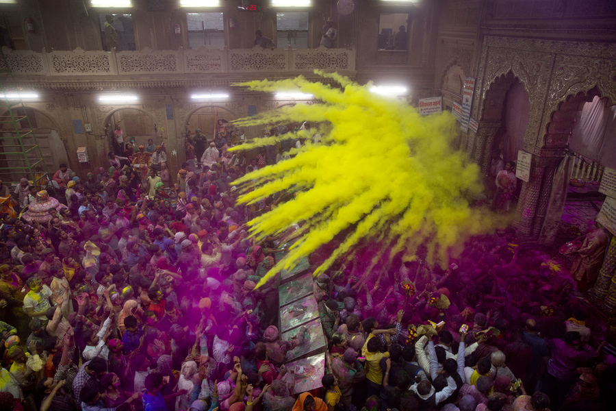 Распыление цветного порошка в храме Банке-Бихари в Вриндаване, Индия.