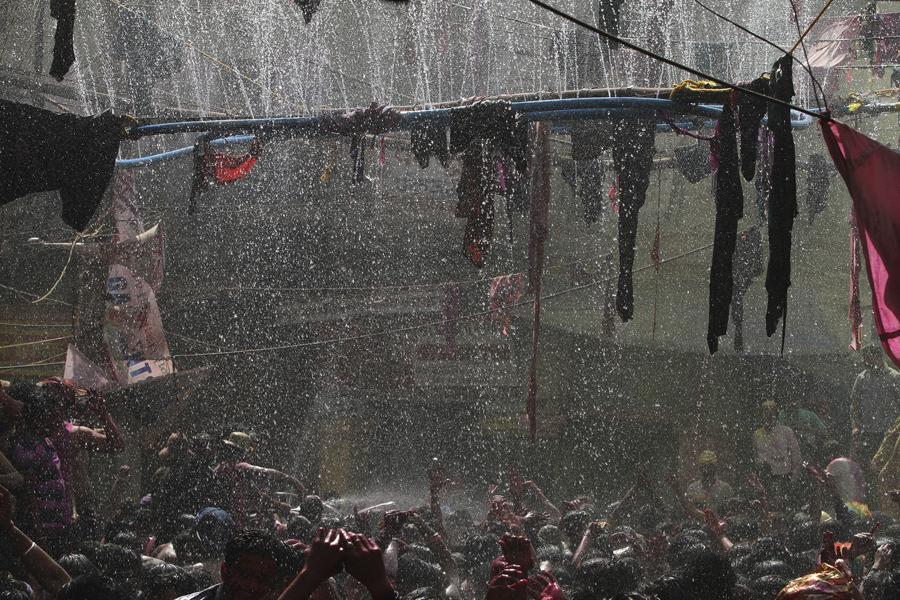 Висящая одежда во время фестиваля Холи в Индии.