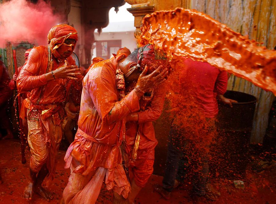 Индийцы принимают участие в религиозном празднике Холи в селе Нандгаон, штат Уттар - Прадеш, Индия, 7 марта 2017 года.