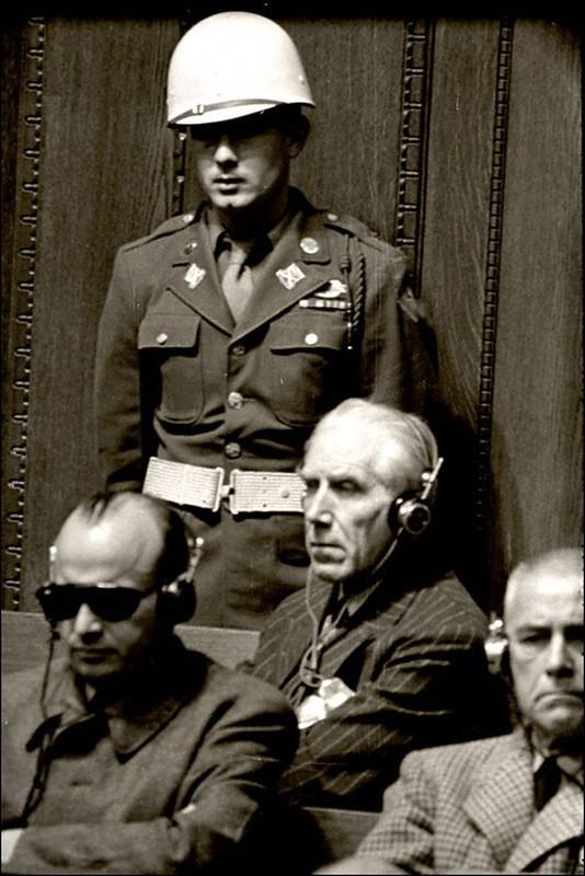 Подсудимый Франц фон Папен на скамье подсудимых во время Нюрнбергского процесса.