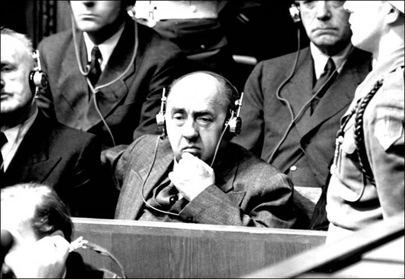 Подсудимый Вальтер Функ на скамье подсудимых во время Нюрнбергского процесса.