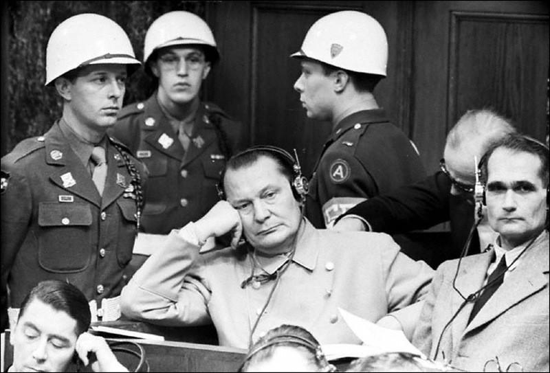 Герман Геринг и Рудольф Гесс на скамье подсудимых на Нюрнбергском процессе.