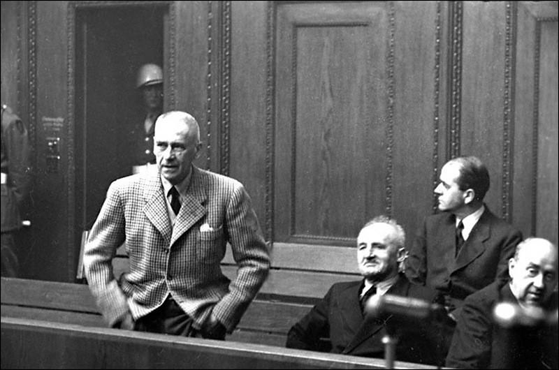 Подсудимый Вильгельм Фрик на скамье подсудимых во время Нюрнбергского процесса.