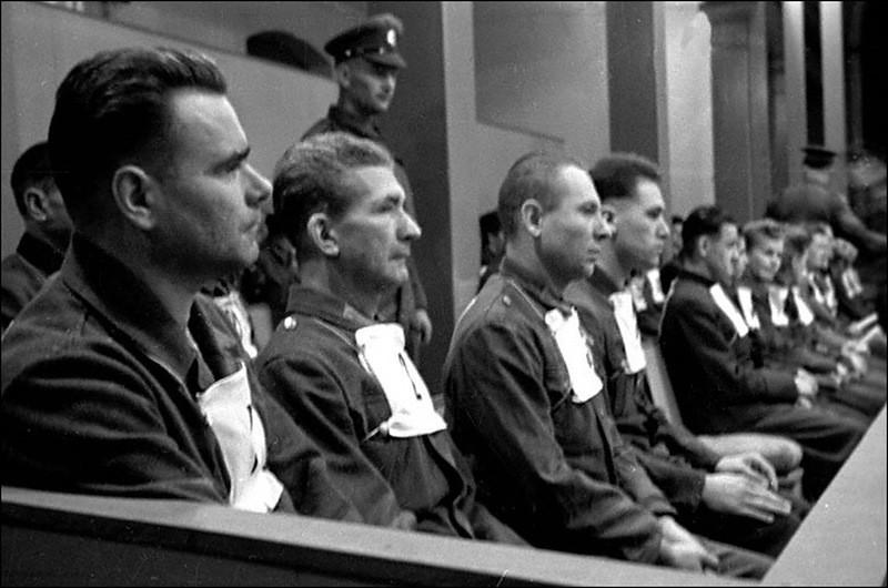 Немецкие преступники из концлагеря в Бельзене начальник концлагеря И.Крамер, главный доктор концлагеря Ф.Клейн, начальник барака П.Вейнгарт и Г.Крафт на скамье подсудимых во время Нюрнбергского процесса.