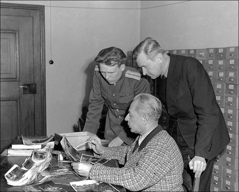 Личный фотограф Гитлера, Генрих Гофман разъясняет содержание своих фотографий представителям советского и американского обвинения на Нюрнбергском процессе.