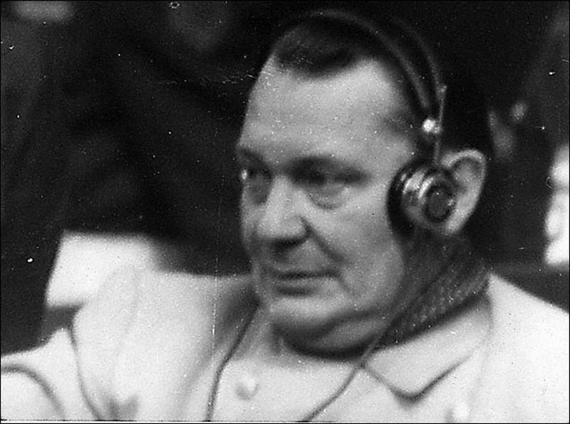 Герман Геринг слушает выступление обвинения.