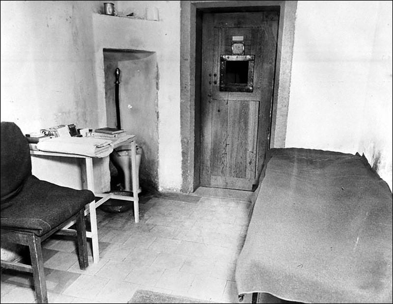 Вид внутри одиночной камеры, где содержались главные немецкие военные преступники.
