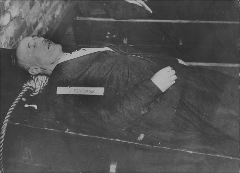 Тело казненного Юлиуса Штрайхера (Julius Streicher, 1885—1946). 16 октября 1946 г.