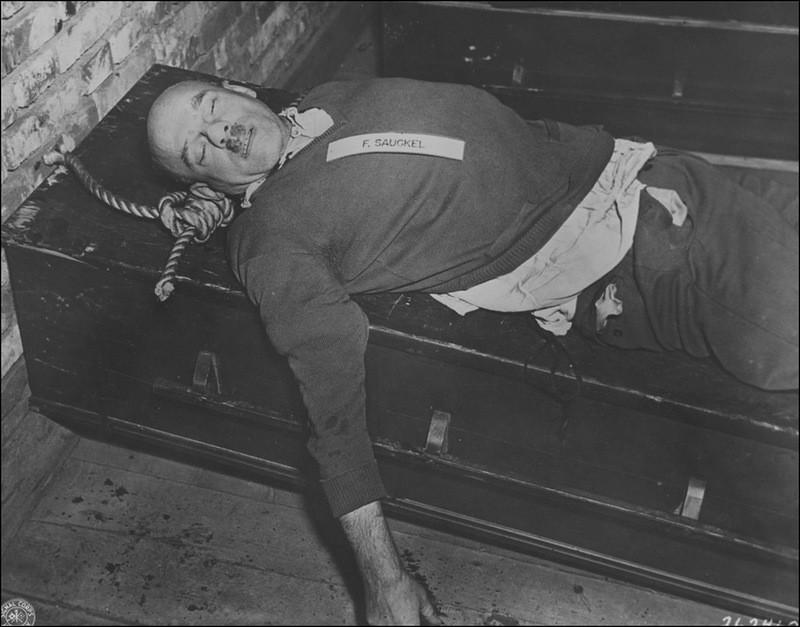 ело казненного Фридриха Заукеля (Ernst Friedrich Christoph Sauckel, 1894—1946). 16 октября 1946 г.