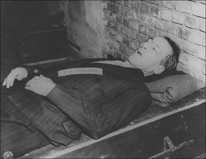 Тело казненного обергруппенфюрера СС Эрнста Кальтенбруннера (Ernst Kaltenbrunner, 1903—1946). 16 октября 1946 г.