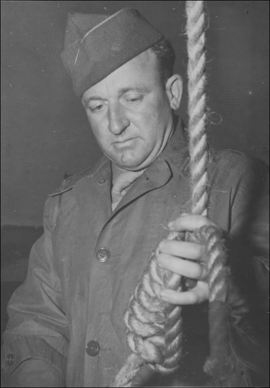 Американский сержант Джон Вудз (John Clarence Woods, 1911 – 1950) готовит петлю для приговоренного на Нюрнбергском процессе.