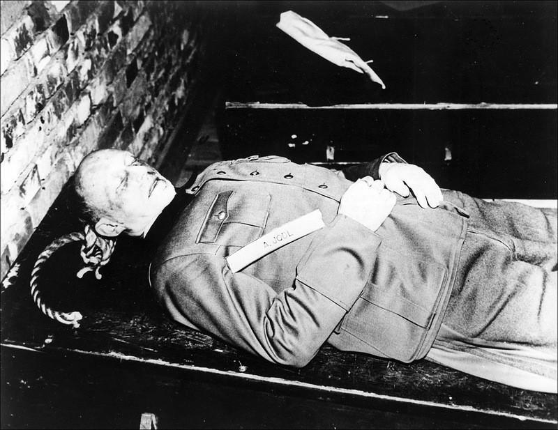 Тело немецкого генерал-полковника Альфреда Йодля (Alfred Jodl), казненного 16 октября 1946 года по приговору Нюрнбергского трибунала вместе с 9 другими военными преступниками в спортзале Нюрнбергской тюрьмы.